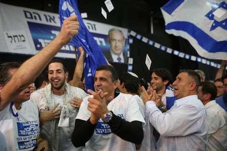 Des partisans du Likoud de Benjamin Netanyahu se réjouissent des sondages sortie des urnes le 17 mars 2015 à tel Aviv