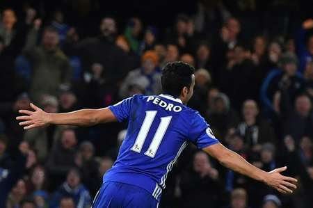 Chelsea's midfielder Pedro celebrates scoring the team's third goal during the football match between Chelsea and Bournemouth at Stamford Bridge on December 26, 2016 ( Ben Stansall (AFP) )