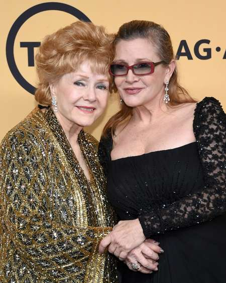 Actresses Debbie Reynolds (L) poses with her daughter Carrie Fisher in 2015 ( Ethan Miller (Getty/AFP/File) )