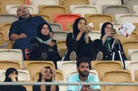 سعوديات يشجعن فريق الاهلي في ملعب مدينة الملك عبد الله الرياضية في جدة، 12 كانون الثاني/يناير 2018 ( ا ف ب/ا ف ب )