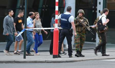 Soldiers and police officials guide members of the public outside Gare Centrale in Brussels on June 20, 2017 ( Emmanuel DUNAND (AFP) )