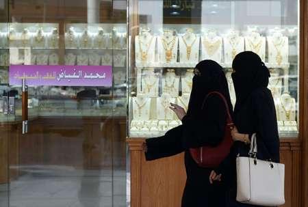 سعوديتان تمران امام محل لبيع المجوهرات