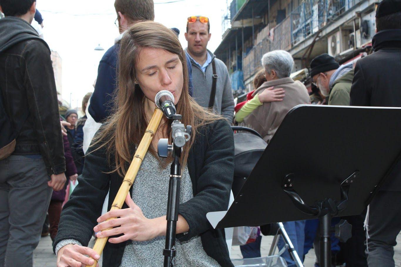 La flûtiste Liliane joue du ney, Mahane Yehouda, Jérusaelm, le 28 décembre 2016