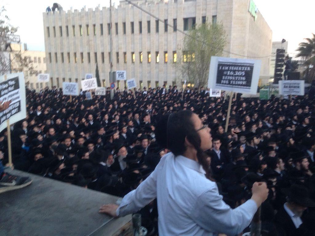Jérusalem: des milliers de juifs ultra-orthodoxes manifestent contre l'armée
