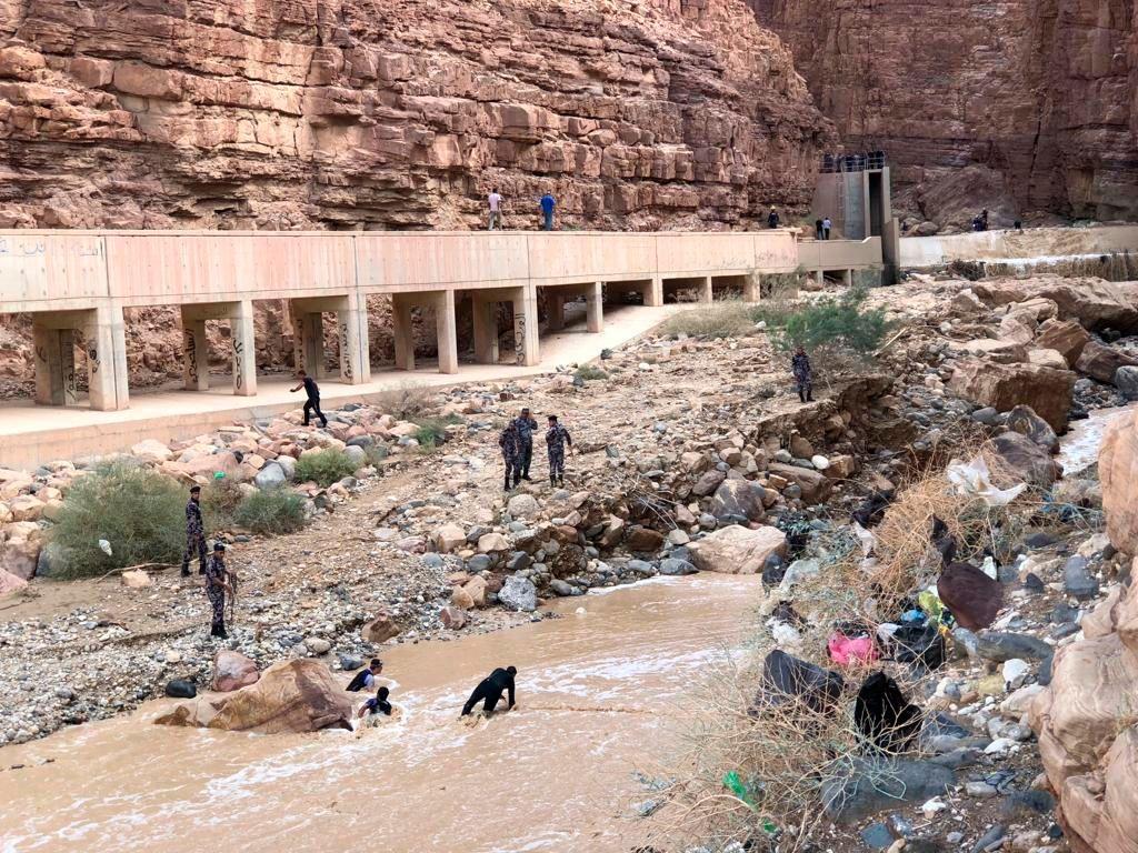 Inundaciones repentinas matan a doce en Jordania, rescates de FDI israelíes desaparecidos