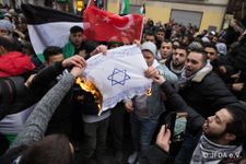 Germany 'ashamed' over flag burning anti-Israel protests