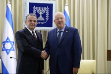 Le nouvel ambassadeur turc Mekin Mustafa Kemal Okem avec le président israélien Reuven Rivlin le lundi 12 septembre 2016