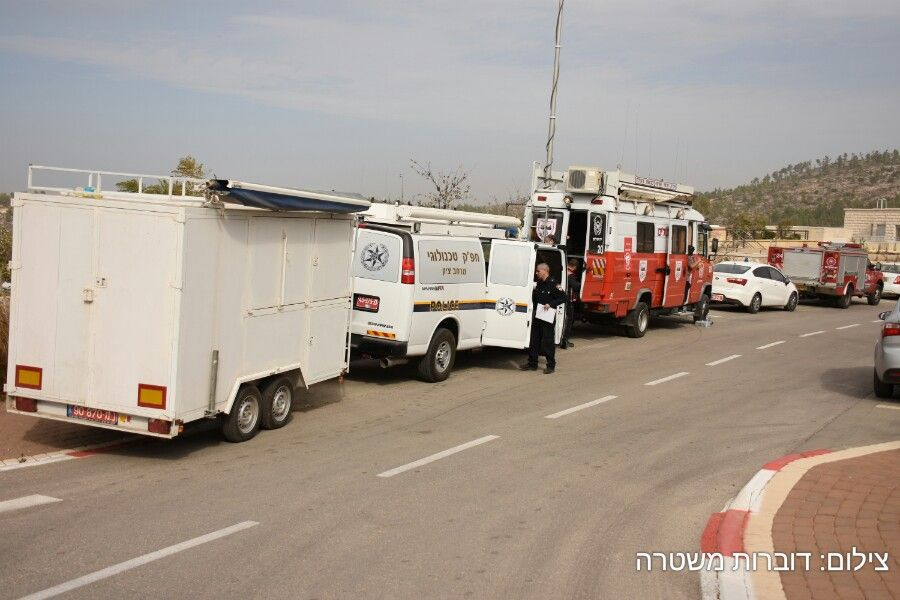 Fire crews and police stationed by the Nataf fire in the Jerusalem Hills on November 23, 2016