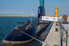 Un sous-marin sur la place Habima pour protester contre la corruption