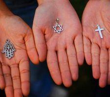Juifs, Musulmans et Chrétiens se réunissent pour nettoyer un cimetière profané