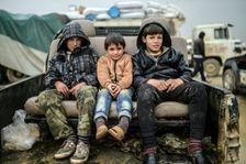 Des enfants réfugiés assis dans un pick-up à Bab-Al Salam le 6 Février 2016