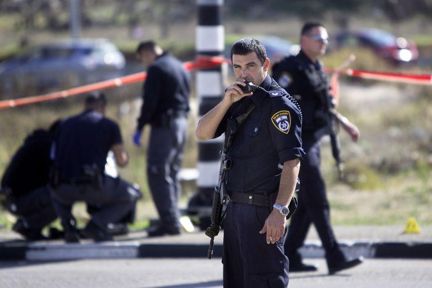Illustration / Des policiers israéliens inspectent les lieux d'une attaque à l'arme blanche au carrefour de Gush Etzion en Cisjordanie, près de Jérusalem, le lundi 1er décembre 2014.