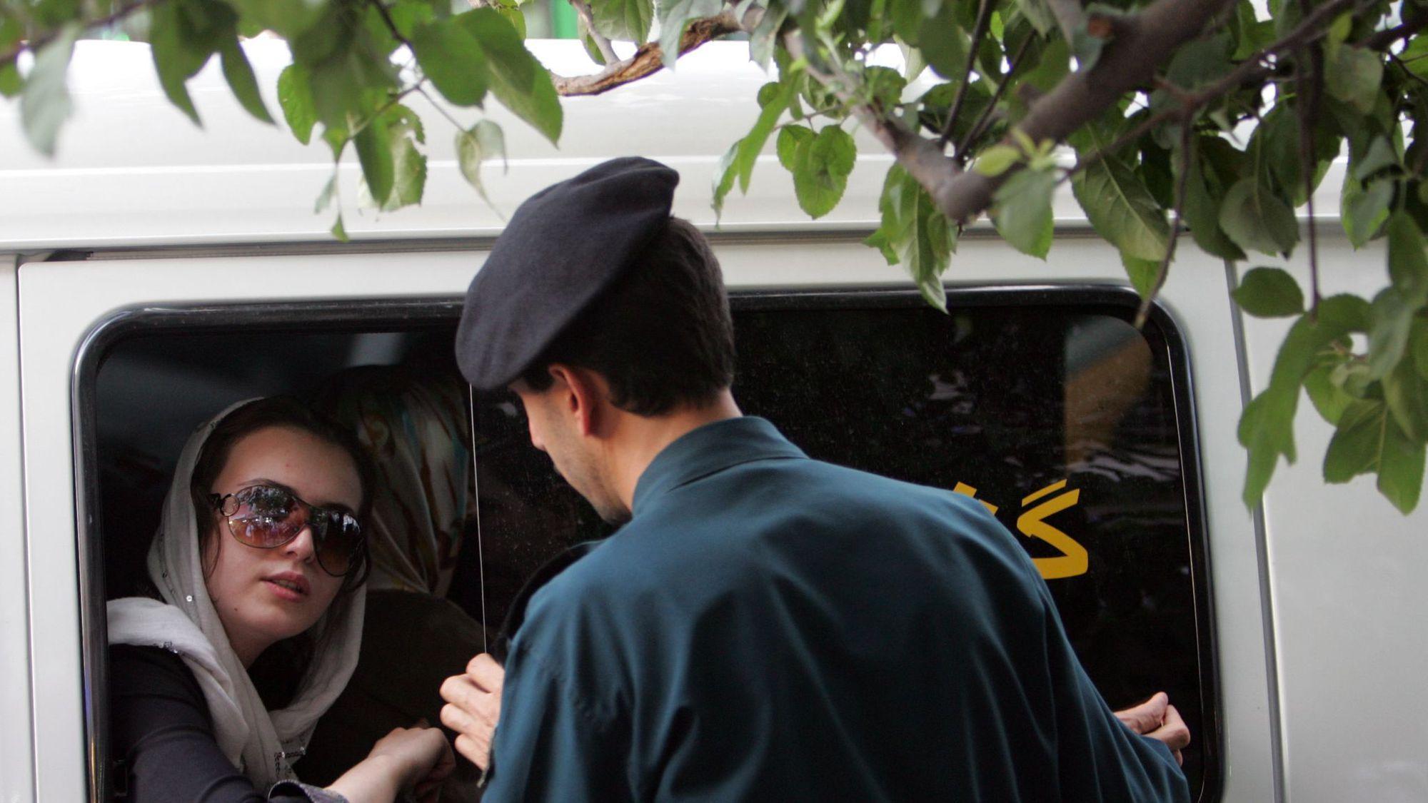 Iran: assouplissement du code vestimentaire des femmes