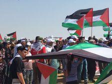متظاهرون في مسيرة العودة الى قرية زبالة المهجرة