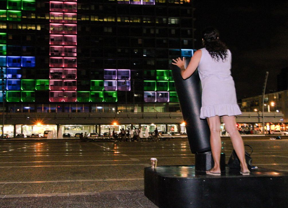 A woman plays Tetris on the Tel Aviv municipality building