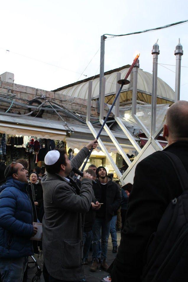 Le maire adjoint, Ofer Berkovitch, allume les bougies de Hanoukka, Mahane Yéhouda, Jérusalem, le 28 décembre 2016