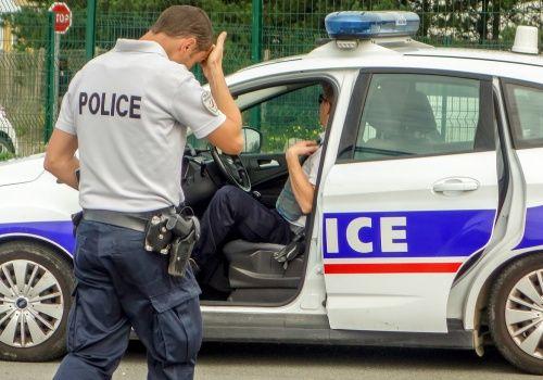 Il agresse des policiers en criant