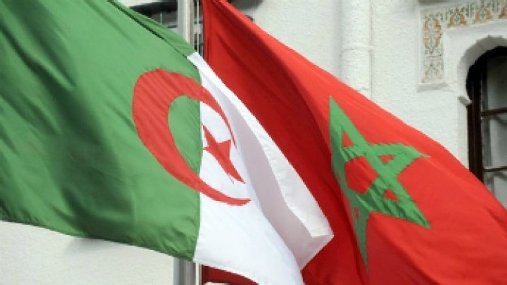 العلم المغرب والعلم الجزائري جنبا خلال استقبال الرئيس الجزائري وزير الخارجية المغربي في 24 يناير 2012 في الجزائر العاصمة.