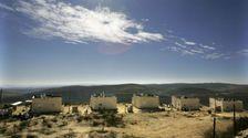 في عام 2006 كانت 6 من 9 مساكن في البؤرة الاستيطانية عامونا تحت قرار الهدم
