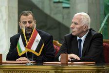 Saleh al-Arouri, à gauche, représentant du Hamas, et Azzam al-Ahmad, représentant du Fatah, en conférence de presse après la signature d'un accord de réconciliation entre les deux factions palestiniennes, au Caire, le 12 octobre 2017.