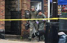 Des membres du FBI quittent le restaurant de la famille de Ahmad Khan Rahami le 19 septembre 2016 à Elizabeth dans le New Jersey