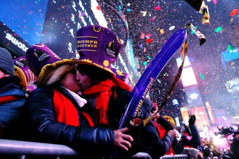 Un couple marque le douzième coup de minuit à New York, le 1er janvier 2017