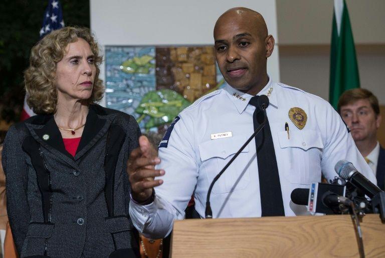 Charlotte police chief Kerr Putney addresses a press conference with mayor Jennifer Roberts (L) in Charlotte, North Carolina on September 22, 2016