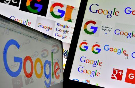 شعار شركة غوغل الاميركية العملاقة للتكنولوجيا على شاشات كمبيوتر.
