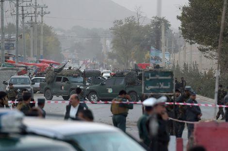 """عناصر أمن افغان يتجمعون قرب موقع التفجير الانتحاري الذي استهدف مجندين في موقع قريب من أكاديمية """"مارشال فهيم"""" العسكرية في كابول في 21 تشرين الأول/اكتوبر، 2017"""