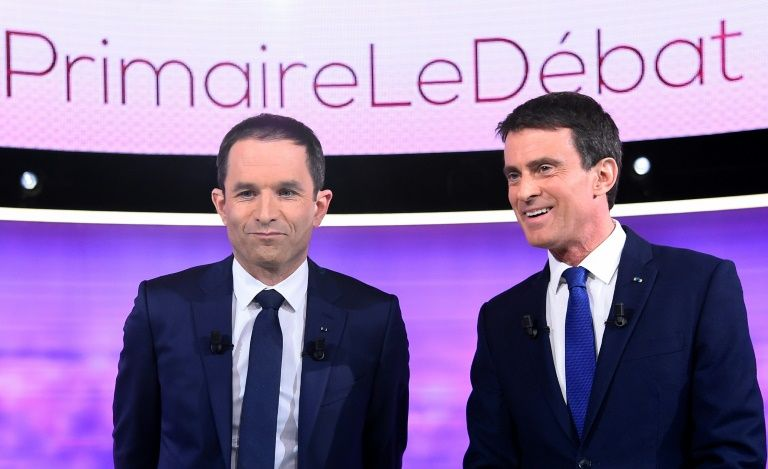 Benoît Hamon (g) et Manuel Valls, le 25 janvier 2017 avant leur duel télévisé, à La Plaine-Saint-Denis près de Paris