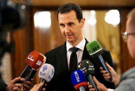 Une photo fournie par l'agence officielle syrienne Sana montre le président Bachar al-Assad s'adressant à des journalistes, le 18 décembre 2017