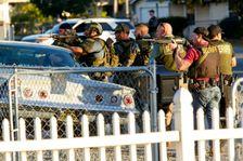 ضباط اجهزة تطبيق القانون يبحثون عن مشتبه بهم في اطلاق نار في سان برناردينو اسفر عن 14 شخصا، الثلاثاء 2 كانون الاول/ديسمبر 2015