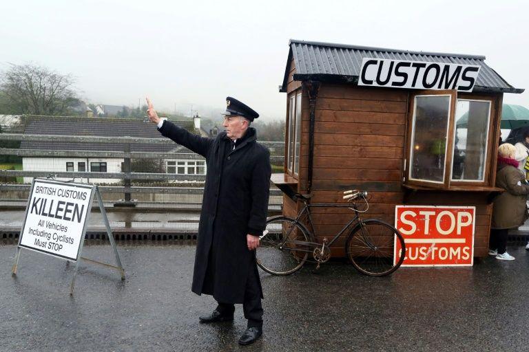 صورة ارشيف في 18 شباط/فبراير 2017 لتحرك ناشطين مناهضين لبريكست نصبوا حاجزا حدوديا زائفا على نقطة كايلين الحدودية في شمال شرق ايرلندا احتجاجا على تصويت البريطانيين على مغادرة الاتحاد الاوروبي