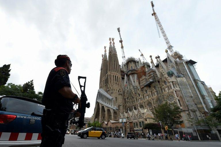أهالي مدينة برشلونة يقيمون الصلوات تكريما لضحايا الاعتداءين