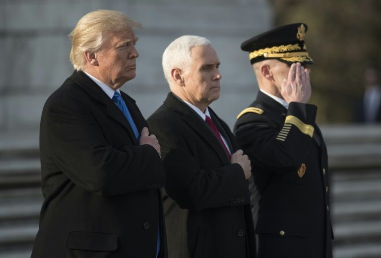 Donald Trump et Mike Pence au cimetière national d'Arlington le 19 janvier 2017 à Arlington