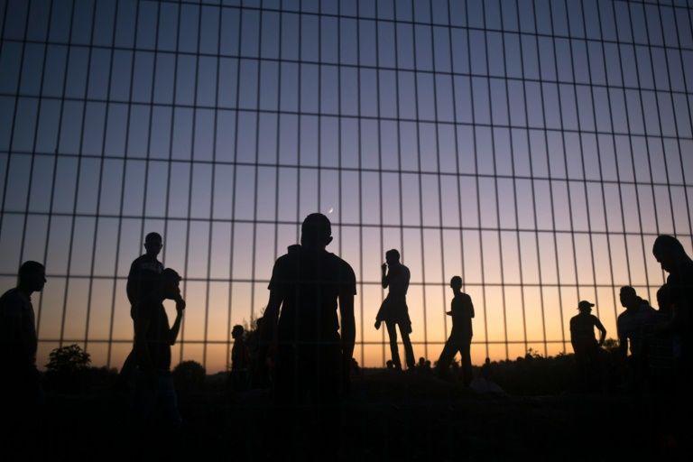 Des palestiniens lancent font face aux soldats israéliens  près de la barrière de sécurité israélienne qui longe la bande de Gaza, le 15 octobre 2015