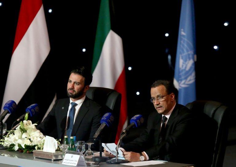Le médiateur de l'ONU pour le Yémen, Ismaïl Ould Cheikh Ahmed (d), et le porte-parole de l'ONU, Charbel Raji, lors d'une conférence de presse à Koweït, le 22 avril 2016