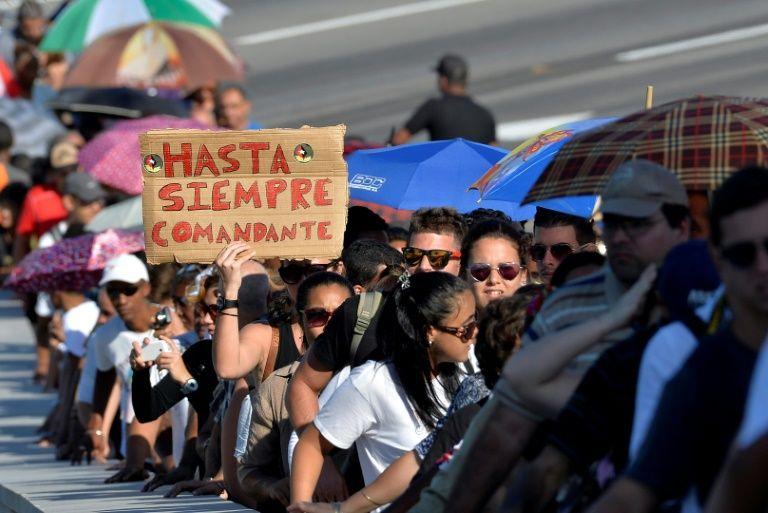 مشاركون في حفل تأبين للزعيم الكوبي الراحل فيدل كاسترو في هافانا في 28 تشرين الثاني/نوفمبر 2016