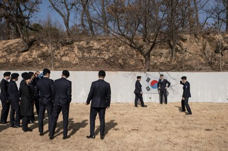 جنود كوريون جنوبيون يلتقطون صورا في قرية بانمونجوم بالمنطقة الفاصلة بين الكوريتين في 21 شباط/فبراير 2018