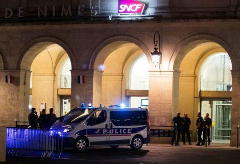 Une voiture de police devant la gare de Nîmes, le 19 août 2017