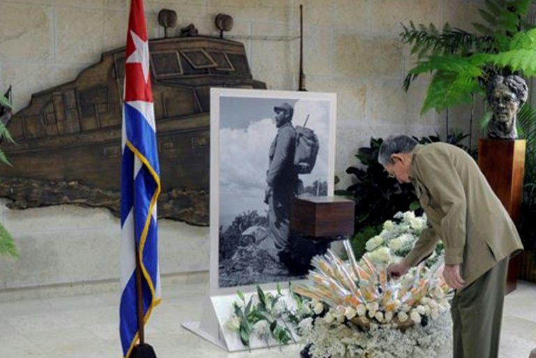 صورة نشرتها صحيفة غرانما في 28 ت2/نوفمبر 2016 للرئيس الكوبي راوول كاسترو يقدم تحية الوداع لشقيقه فيدل كاسترو، في هافانا