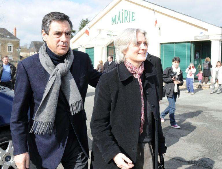 François et Penelope Fillon à la sortie d'un bureau de vote le 21 mars 2010 à Solesmes