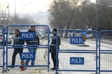 الشرطة التركية في موقع التفجير في انقرة غداة وقوعه، الخميس 18 شباط/فبراير 2016