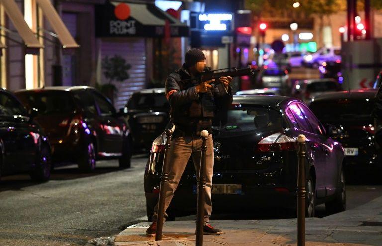 Attentat Champs-Elysées: un homme mis en examen et écroué
