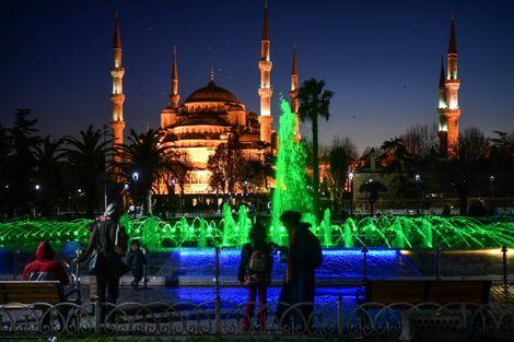 عائلات في حديقة مقابل مسجد السلطان احمد (المسجد الازرق) في المنطقة التي تحمل الاسم نفسه في اسطنبول، 9 ك1/ديسمبر 2017