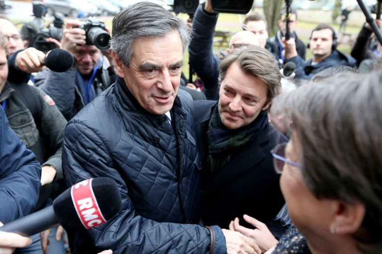 François Fillon et François Baroin visite l'usine  Le Coq Sportif à Romilly-sur-seine dans le nord de la France, le 7 février 2017
