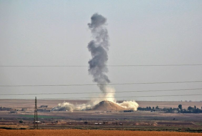 De la fumée s'élève du village syrien de Hisha, à quelque 40 kilomètres de Raqa après des bombardements aériens menés par la coalition le 9 novembre 2016
