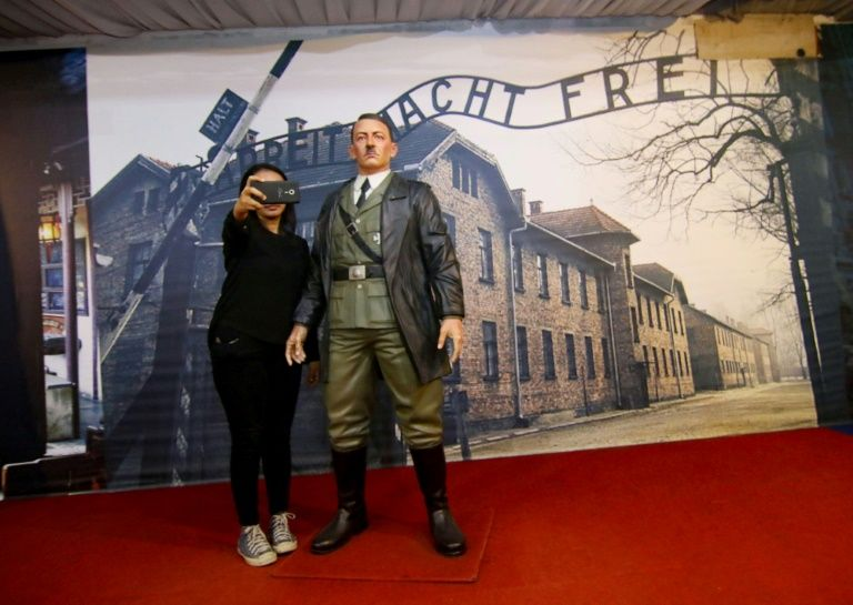 Israël choqué. En Indonésie, ils prennent des selfies aux côtés d'une statue d'Hitler