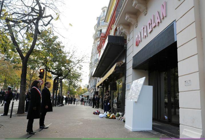 cd2221c8d12 ... Anne Hidalgo rendent hommage aux victimes des attentats du 13 novembre  2015 devant le Bataclan à Paris