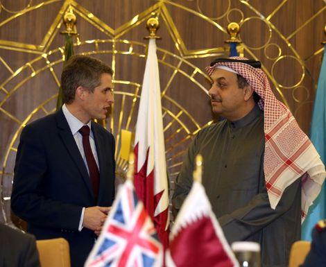 Le ministre de la Défense britannique, Gavin Williamson (G) avec son homologue qatari Khalid ben Mohamed al-Atiya, le 10 décembre 2017 à Doha
